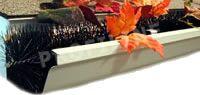 Laubbesen als Dachrinnenfilter vor Herbstlaub, Blättern, Siebenschläfer, Wildtiere werden durch den Nylonbesen abgewehrt